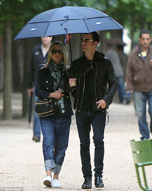 http://ronireportsdotcom.files.wordpress.com/2012/06/justin-jennifer-aniston-umbrella.jpg